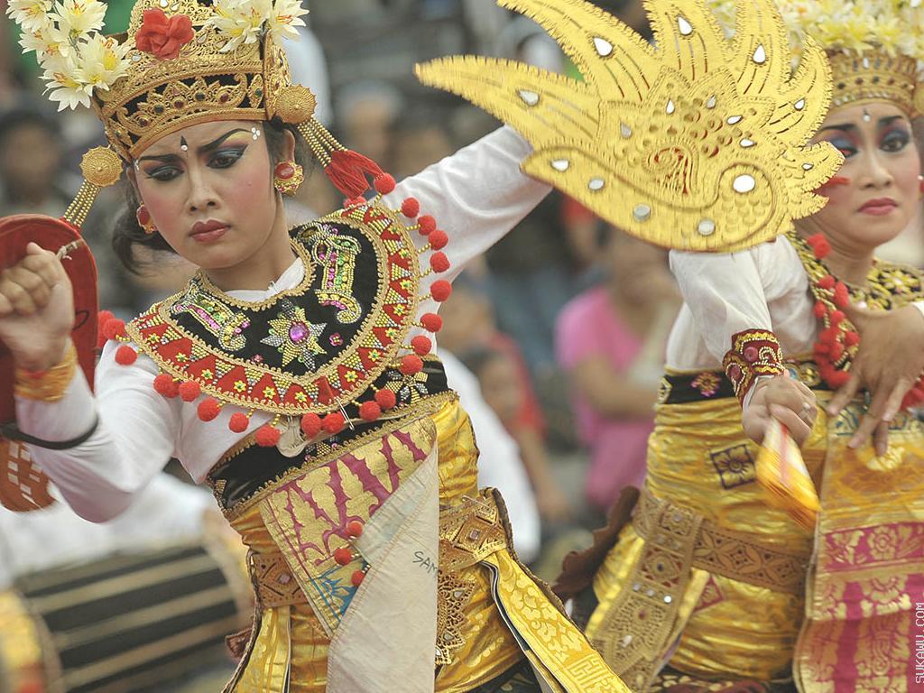 Belajar Seni Tari Bali Berkelompok