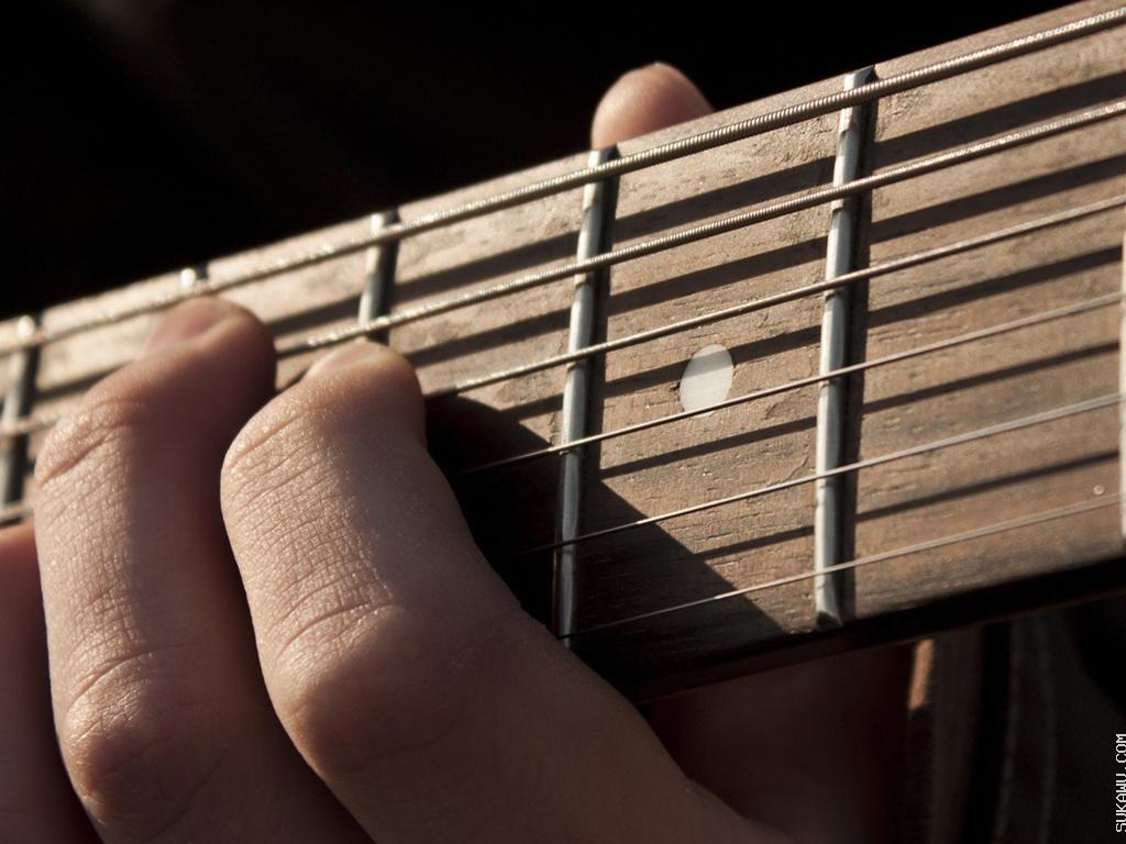 Kelas Gitar: Belajar Memetik dan Memainkan Lagu