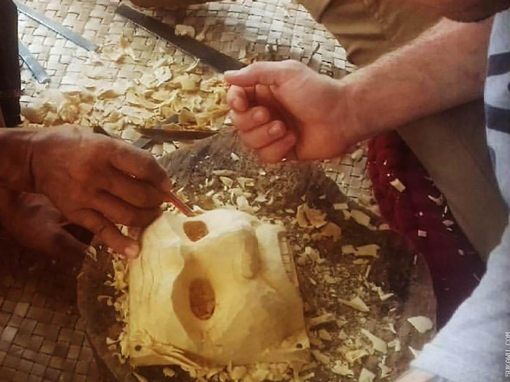 Membuat Topeng Batu dan Kayu Secara Tradisional