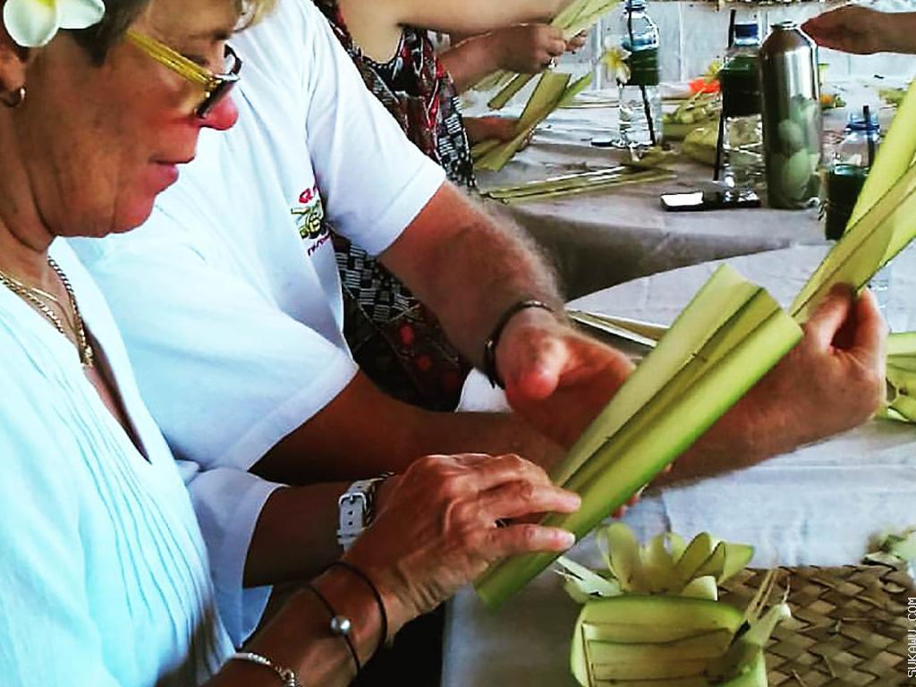 Belajar Seni Membuat Canang Sari